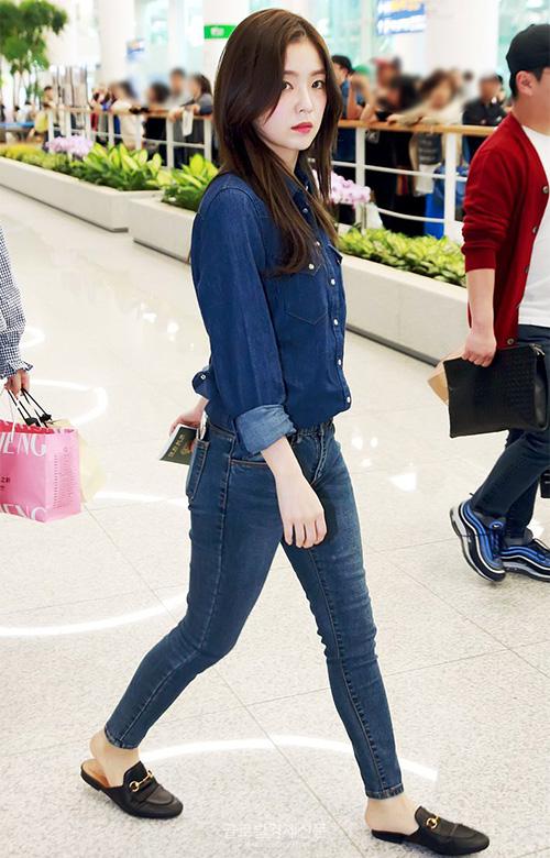 Irene hóa thanh niên nghiêm túc với set đồ denim. Mỹ nhân cua Red Velvet thường xuyên đii đôi giày đế bệt của Gucci - item được sao Hàn ưa chuộng nhất trong năm qua.