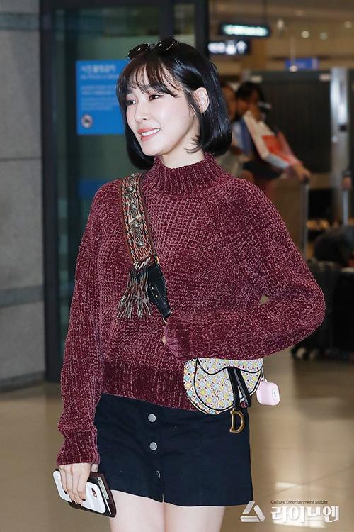 Tiffany bay về Hàn đúng dịp Trung Thu. Chiếc áo len của nữ ca sĩ bị chê chê, túi họa tiết không hợp với tổng thể bộ trang phục.