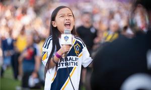 Cô gái 7 tuổi hát quốc ca khiến nước Mỹ ngạc nhiên