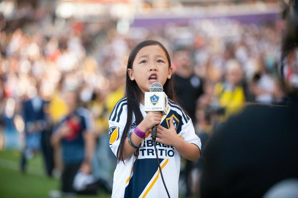 Cô gái 7 tuổi hát quốc ca khiến nước Mỹ ngạc nhiên - 2