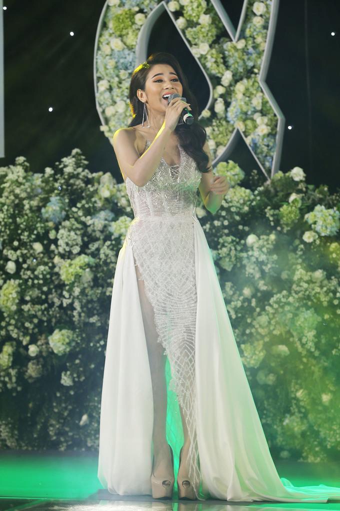 """<p> Ca sĩ Tố My là đồng hương với Trường Giang. Trong ngày cưới, cô đã hát tặng một ca khúc mới """"Yêu cái mặn mà"""" như kể về chính chuyện tình của Trường Giang - Nhã Phương.</p>"""