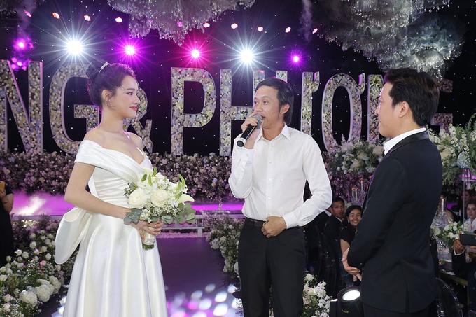 <p> Danh hài Hoài Linh là một người anh thân thiết mà vợ chồng Trường Giang rất kính trọng. Trong tiệc cưới, nam nghệ sĩ dành những lời khen về sự hiếu thảo của vợ chồng son, mong hai em trăm năm hạnh phúc.</p>