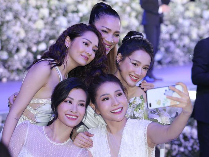 <p> Cô dâu Nhã Phương nhắng nhít pose hình cùng Đông Nhi, Bảo Anh, Khả Như...</p>