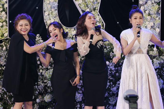 <p> Các nữ diễn viên hài phiêu hết sức và diễn hết mình, góp vui chúc mừng hạnh phúc của Trường Giang - Nhã Phương.</p>