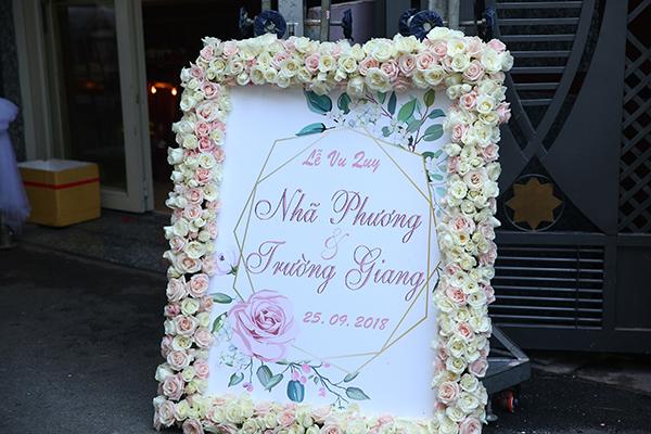 Hơn 10h trưa 25/9, đội trang trí mới có mặt tại nhà Nhã Phương để chuẩn bị cho lễ rước dâu.
