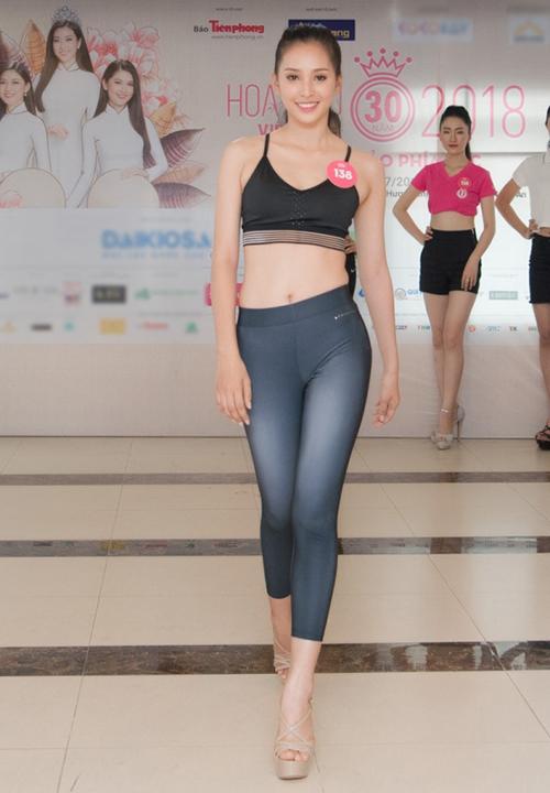 Trong khi các thí sinh Hoa hậu Việt Nam 2018 những ngày đầu nhập cuộc còn đi đủ kiểu giày cao gót khác nhau, thì Tiểu Vy đã diện đôi sandals đúng chuẩn.