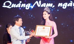 Hoa hậu Tiểu Vy nhận bằng khen của lãnh đạo tỉnh Quảng Nam
