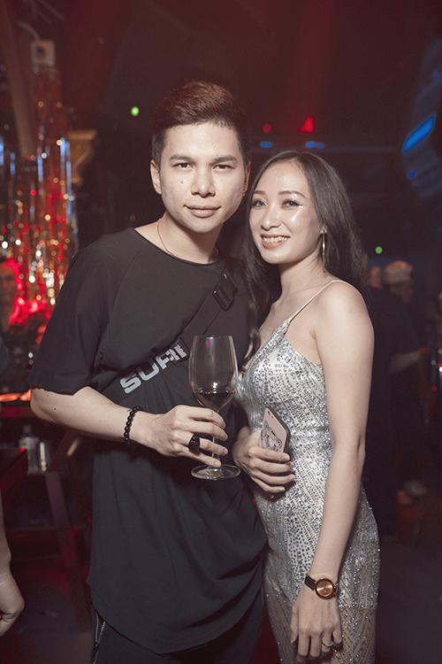 Hoàng Tôn pose ảnh thân thiết cùng gái lạ.