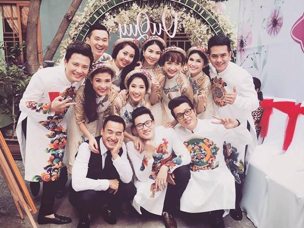 Trong đám hỏi của diễn viên Nguyệt Ánh, dàn phù dâu xinh như hoa góp mặt có nhiều cái tên nổi tiếng như diễn viên Tường Vi, Thúy Diễm, Kha Ly...