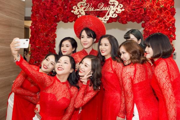 Trong lễ ăn hỏi của Diệp Lâm Anh hồi tháng 5, dàn phù dâu của cô gây chú ý không kém nhân vật chính vì có nhan sắc rực rỡ, nổi bật, trong số đó có nhiều cô gái đang là hot girl, diễn viên cho các series khá nổi trên Youtube.