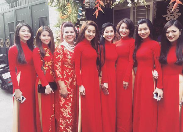 Nhiều người đẹp Vbiz như Thanh Trúc , Nguyệt Ánh, Ngọc Thuận, Tường Vy... diện áo dài đỏ nổi bật trong lễ ăn hỏi của Lương Thế Thành và Thúy Diễm.