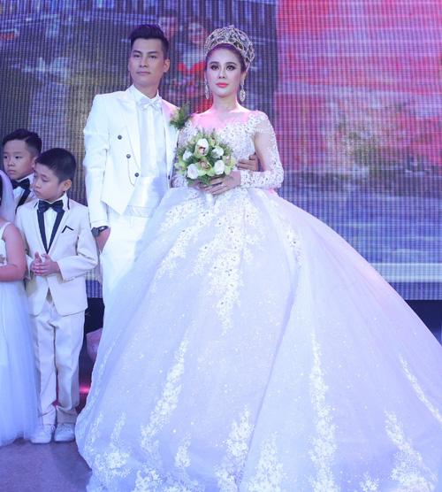Lâm Khánh Chi đầu tư hàng trăm triệu cho những bộ váy cưới diện trong ngày trọng đại. Ở đám cưới tại TP HCM, người đẹp thỏa mong ước làm công chúa khi diện thiết kế siêu xòe bồng, đính đến hơn 10.000 viên pha lê.