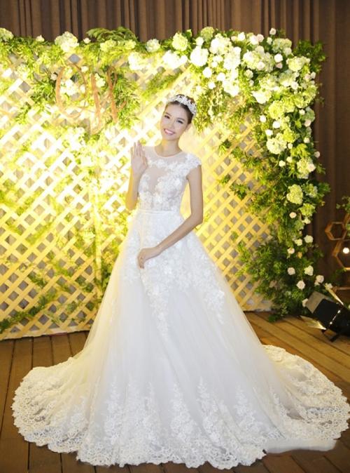Kỳ Hân chọn một thiết kế ren phối organza trong ngày cưới, chất liệu cao cấp được nhập khẩu từ Pháp, tạo độ xòe tinh tế giống hệt công chúa.