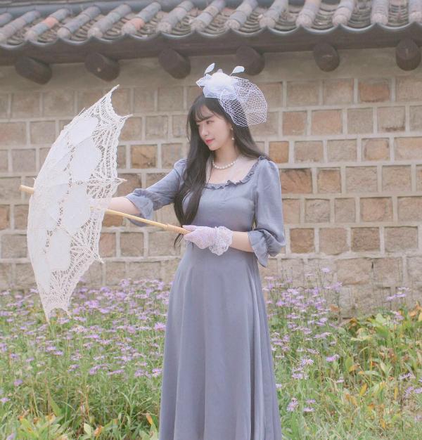 Nhiều cô gái trẻ lên đồ đúng kiểu quý tộc châu Âu thời xưa để chụp hình sống ảo.