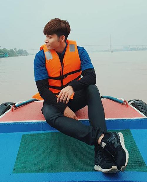 Jun Phạm đội mưa gió đi quay chương trình truyền hình ở Tiền Giang.