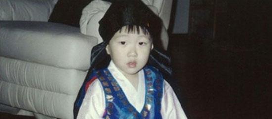Thuở bé siêu dễ thương này là idol nam Kpop nào? - 4