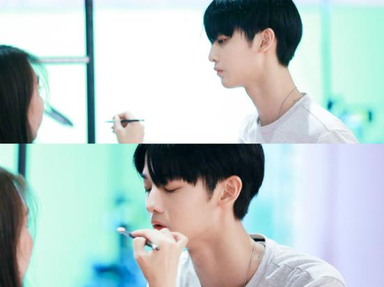 Trong lúc các đồng nghiệp đang nghiêm túc thi đấu, Bae Jin Young (Wanna One) được chị stylist chỉnh sửa lại make up.