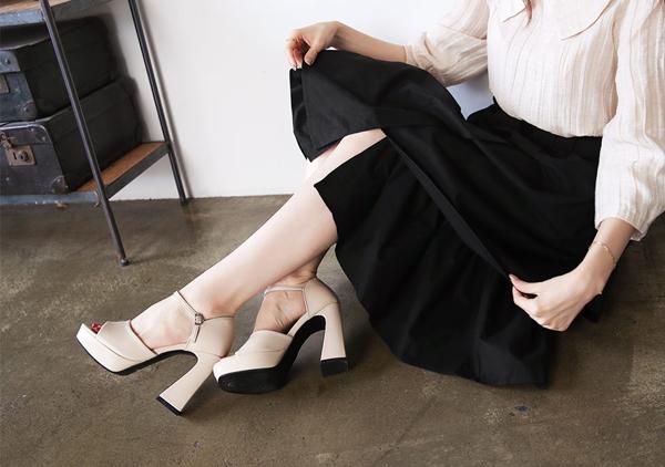 Có câu nói Một đôi giày tốt sẽ đưa bạn tới những nơi tuyệt vời. Giày dép đóng vai trò rất quan trọng trên một bộ trang phục. Các phom dáng giày đế quá thô kệch, nặng nề sẽ tạo cảm giác kém sang. Bạn nên chọn các loại giày cơ bản, thiết kế nhỏ gọn, nhẹ nhàng để tăng phần kiêu sa.