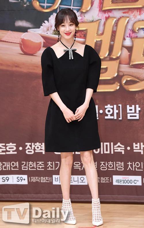 Thời gian gần đây, chiếc váy đen với phần cổ cách điệu này đang được các sao Hàn đua nhau mặc. Đây là sản phẩm của một thương hiệu cao cấp, có kiểu dáng đơn giản nhưng rất sang trọng. Một trong mỹ nhân lăng xê chiếc váy đầu tiên làJung Ryeo-won