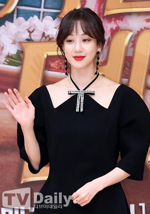 Người đẹp diện bộ cánh thanh lịch đến một buổi ra mắt phim. Thiết kế với phần tay bồng, cổ cắt khoét lạ mắt tôn lên làn da trắng nõn của nữ diễn viên.