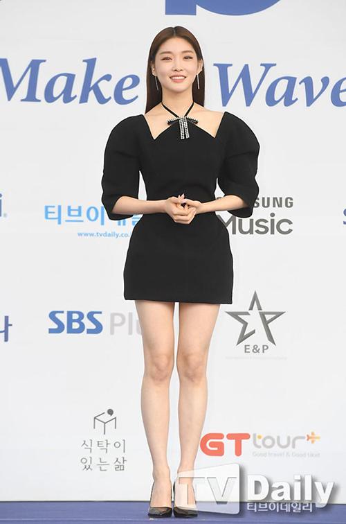 Kim Chung Ha táo bạo cắt ngắn phần gấu váy đến ngang đùi nhằm tôn lên đôi chân thon gợi cảm.