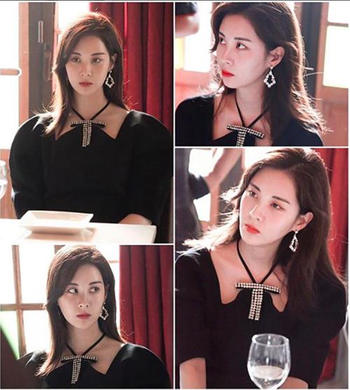 Seo Hyun khéo chọn một đôi bông tai sáng lấp lánh tông xuyệt tông với chi tiết nơ đính đá trên cổ váy. Bộ trang phục giúp thành viên SBSD trông đầy kiêu sa như một cô tiểu thư.