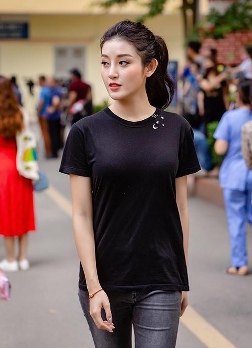Huyền My cố tình chọn áo phông đen khá cơ bản để có hình ảnh giản dị khi đi từ thiện. Tuy nhiên món đồ đến từ thương hiệu Saint Laurent này của cô có giá chẳng giản dị chút nào: 5,2 triệu đồng.
