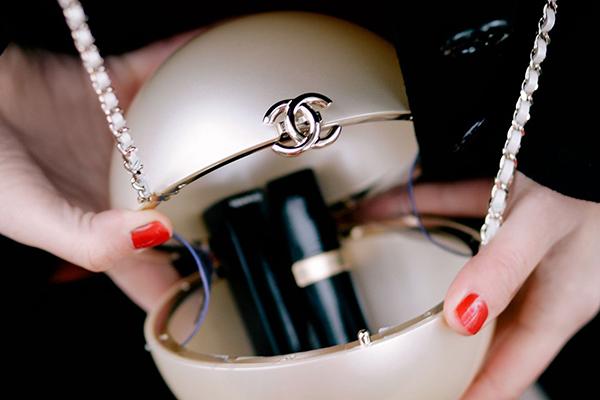 Nhìn kiểu dáng nhỏ xinh của chiếc túi, ít ai nghĩ dòng Pearl Minaudiere này lại có giá lên tới 286 triệu đồng. Tuy có chi phí trên trời nhưng món đồ này chỉ đựng được vài thỏi son, đeo cho vui là chính.