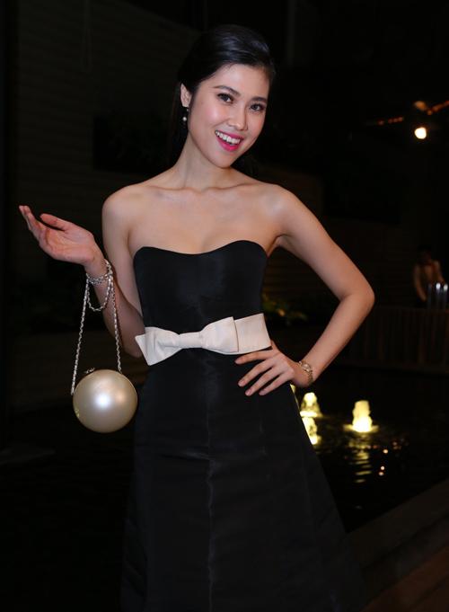 Người mẫu Thu Hằng là sao Việt đầu tiên sắm chiếc túi này về để đi dự tiệc.