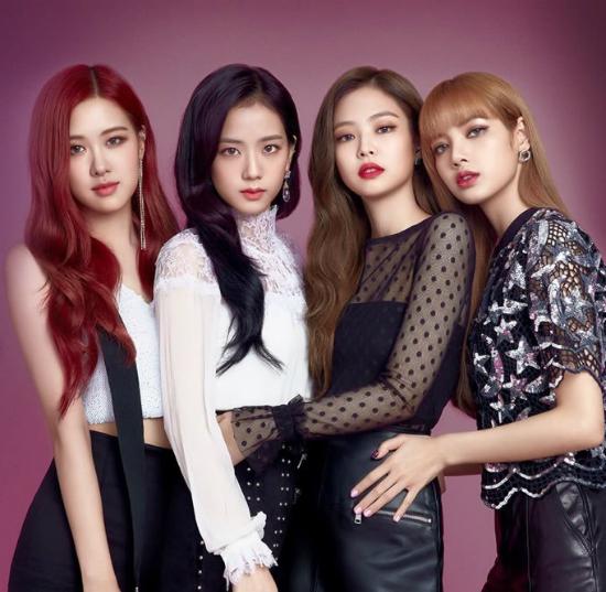 Black Pink được chọn là người mẫu quảng cáo cho một thương hiệu kính áp tròng. Bộ ảnh khi được tung ra đã tạo ên một cơn sốt. Netizen cho rằng đây là quảng cáo cho nhan sắc của gà nhà YG chứ không phải quảng cáo kính áp tròng nữa.