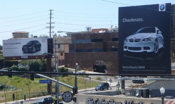 Không chịu thua, BMW đã đặt ngay tấm biển quảng cáo ở phía đối diện với thông điệp cực gắt: Chiếu tướng.