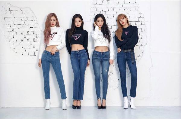 Trong bộ ảnh quảng cáo cho thương hiệu Guess, cả 4 thành viên đều khoe hình thể chuẩn, đôi chân dài miên man. Chỉ một mình Lisa phải mặc áo che kín cơ bụng, khiến nhiều fan khó chịu. Nhiều ý kiến cho rằng YG đang đối xử bất công, bắt em út mặc những kiểu trang phục dìm hàng hình thể.
