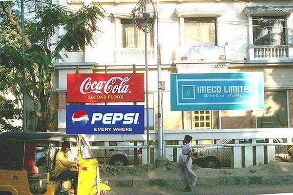 Coca Cola đặt biển thông báoSecond Floorcho văn phòng nằm tại tầng 2 củamột tòa nhà, ngay sau đó Pepsi cũng nhanh chân đặt tấm biển với dòng chữ Pepsi có mặt ở khắp mọi nơi.