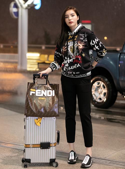 Kỳ Duyên vừa có mặt ở sân bay để lên đường sang Paris, chuẩn bị tham gia Tuần lễ thời trang tại đây. Chứng minh là hoa hậu hàng hiệu, trong chuyến đi này, người đẹp đầu tư rất nhiều quần áo đắt đỏ.
