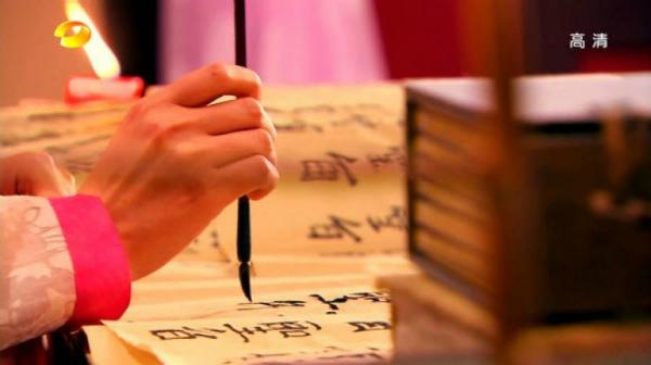Những cảnh viết chữ thường chỉ quay cận mặt diễn viên rồi cắt xuống chiếu phần tay của người đóng thế.