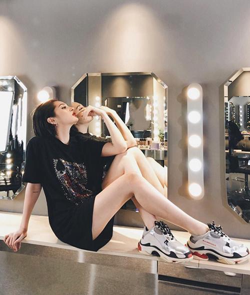 Bảo Anh đặc biệt thích sneakers của Balenciaga, phối cùng các kiểu áo phông dáng dài khoe chân thon.