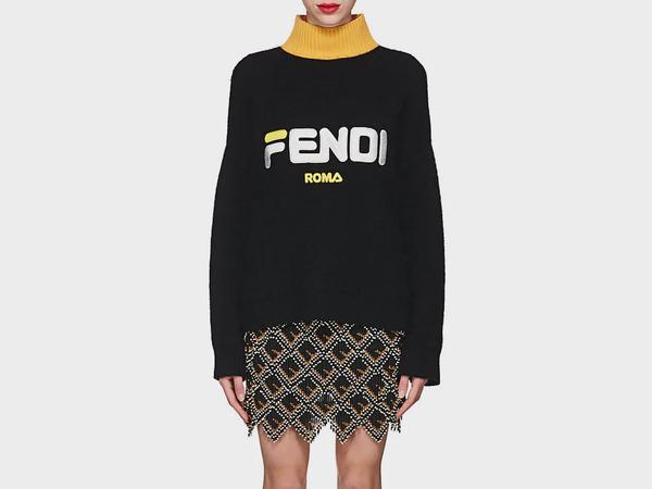 Trong chuyến đi này, Kỳ Duyên sắm rất nhiều món đồ từ thương hiệu Fendi. Thời tiết Paris đang khá lạnh nên cô mua nhiều đồ ấm áp. Chiếc áo len cổ lọ này có giá khoảng 28 triệu đồng.