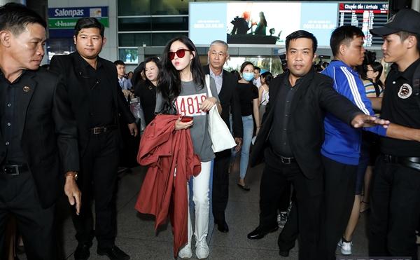 Cô được lực lượng bảo vệ hộ tống khá kỹ để ra xe di chuyển về khách sạn.