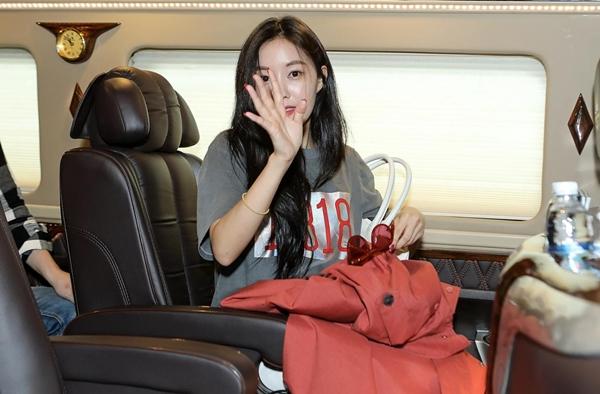 Nữ ca sĩ liên tục vẫy tay chào fan, ngay cả khi ra xe ngồi chờ di chuyển. Sau khi T-ara tan rã, Hyomin bắt đầu bước đường solo.