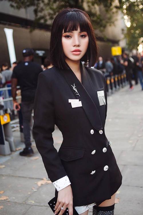 Lịch trình các show diễn dày đặc khiến Jolie Nguyễn phải chạy show mệt nhoài từ 6h sáng đến đêm khuya. Tuy nhiên diện mạo của cô luôn được đánh giá cao vì chỉn chu đến từng chi tiết, thần thái rạng rỡ.