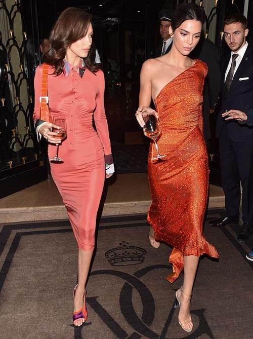 Tối 26/9 (giờ địa phương), Bella Hadid và Kendall Jenner gây chú ý khi rời khỏi khách sạn George V tại Paris để tới Đại sứ quán Mỹ tham dự một buổi tiệc riêng tư.