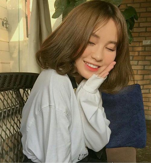 Tóc lob (tóc ngang vai) không phải là xu hướng mới lạ. Tuy nhiên cứ mỗi độ thu về, nó lại trở thành kiểu mốt được lòng con gái khắp các nước châu Á. Đặc trưng của kiểu tóc hot nhất thu này là dài vừa chấm vai, phần đuôi tóc uốn phồng ôm cụp vào gương mặt.