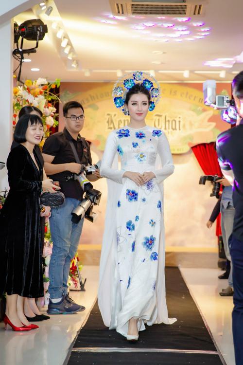 Đối với Kenny Thái, Á hậu Huyền My đã trở thành nàng thơkể từ lần đầu tiên hai người gặp gỡ và hợp tác tại cuộc thi Hoa hậu Việt Nam 2014. Cô cũng chính là người được giao trọng trách trình diễn vedette cho bộ sưu tập mang tên Sự quyến rũ của một diva của anh.