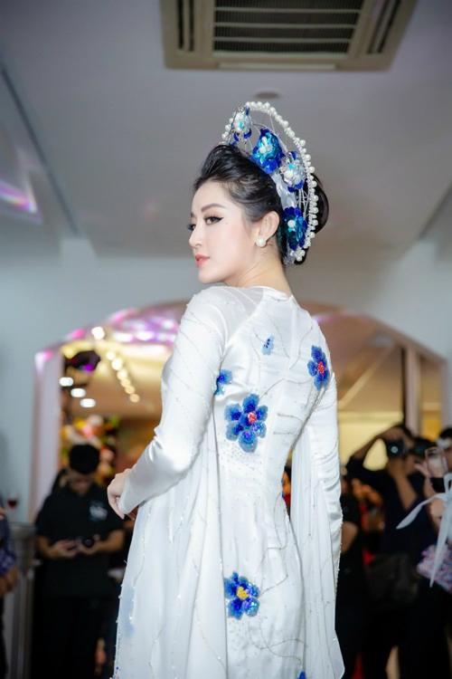 Cũng đã khá lâu Huyền My mới trở lại sàn catwalk nhưng cô đã hoàn thành xuất sắc vai trò của mình. Khoác lên mình bộ áo dài màu trắng với những hoạ tiết hoa màu xanh được in nổi bật trên nền lụa, kết hợp cùng chiếc mấn cầu kỳ, Huyền My khiến người xem không thể rời mắt.