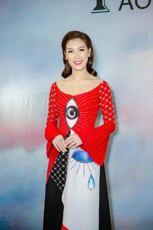 Hoa hậu Phí Thùy Linh cũng tham dự sự kiện với bộ áo dài cách tân gam màu đỏ bắt mắt.