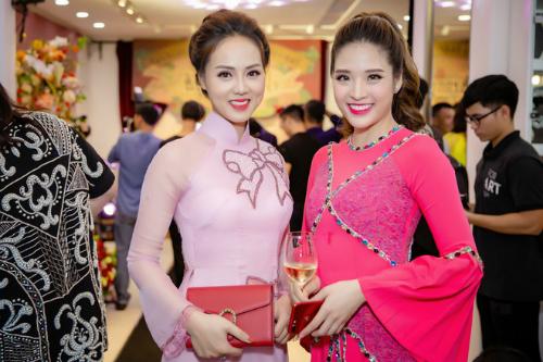 Á hậu Phan Hoàng Thu và Ngọc Hà - bạn gái danh hài Công Lý lựa chọn thiết kế với gam màu hồng chủ đạo.