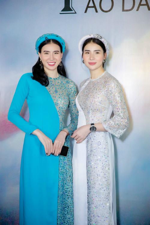 Cặp siêu mẫu song sinh Huyền Thư - Thư Huyền.