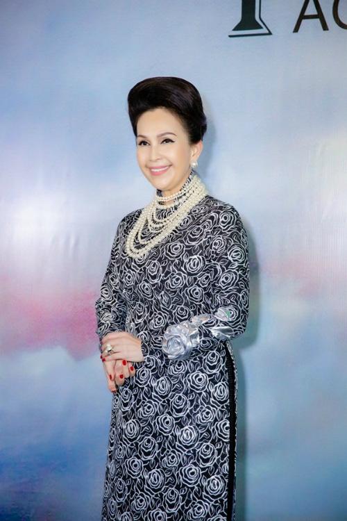 Diễn viên Diễm Mychọn áo dài hoạ tiết tông màu ghi thanh lịch và hoài cổ.