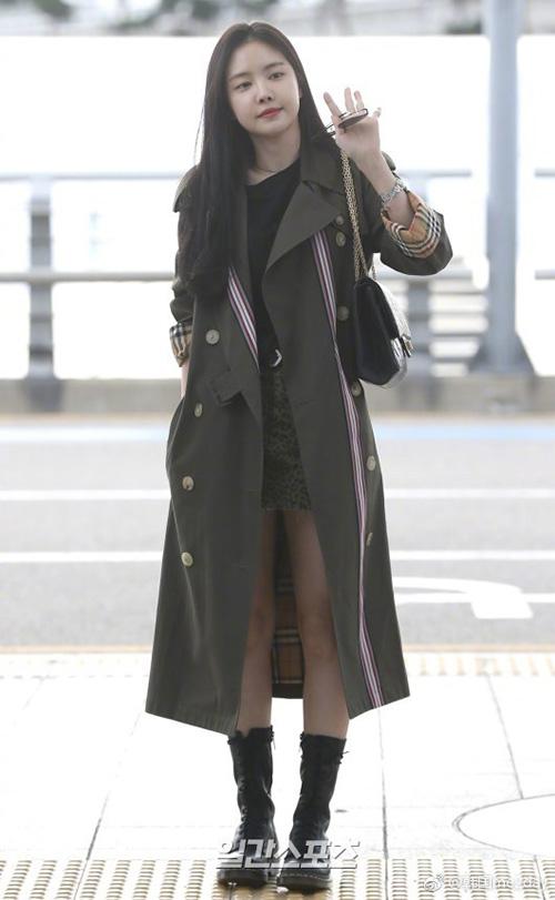Na Eun khéo khoe chiếc áo khoác của Burberrry.