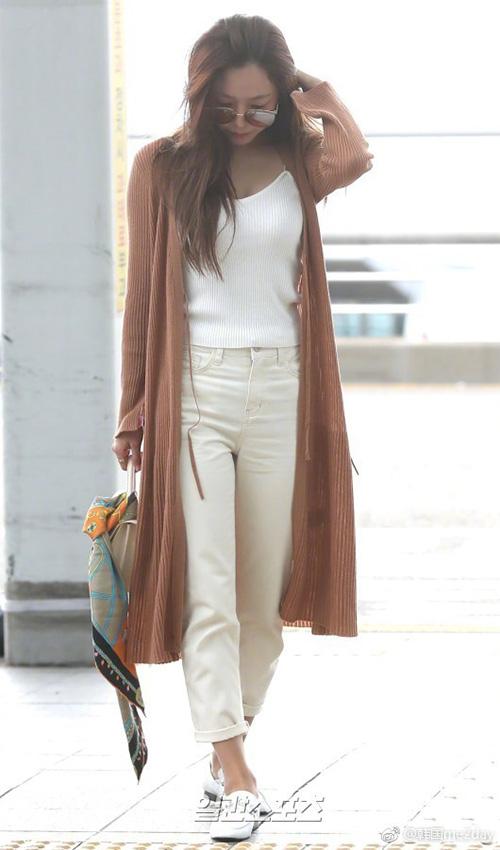 Áo cardigan dáng dài là item không thể thiếu khi trời vào thu. Nam Joo làm điệu với khăn họa tiết, tạo điểm nhấn cho túi xách.